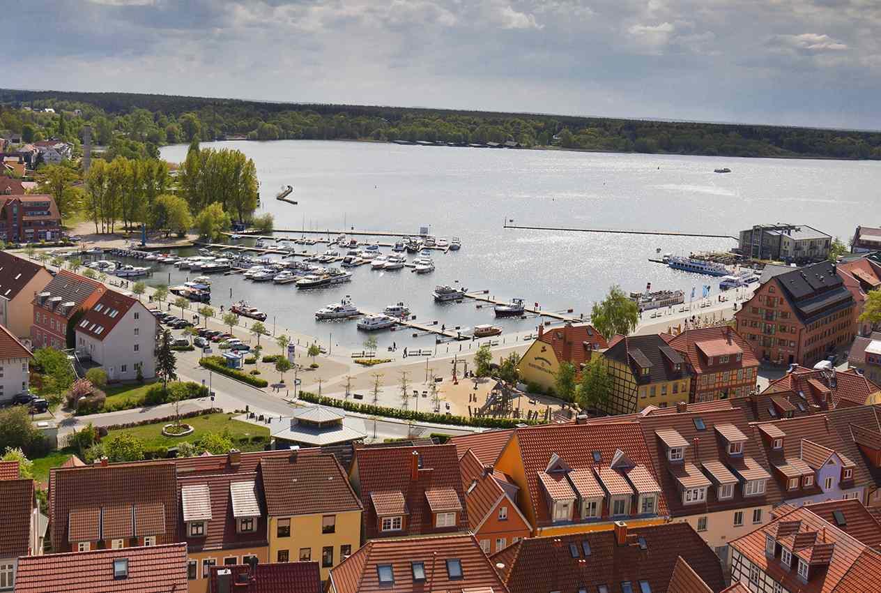 Blick auf den Hafen von Waren