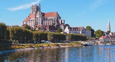 Eglise à Auxerre, surplombant la rivière