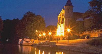 Boote festgemacht für die Nacht auf dem Canal du Midi