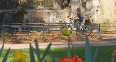 Kleiner Junge auf dem Fahrrad im Burgund