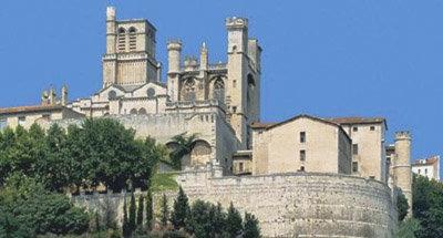 Kathedrale auf dem Hügel am Canal du Midi