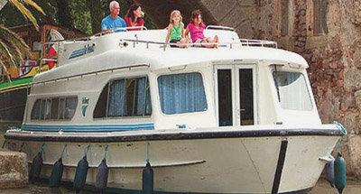 Le Boat Boot Sales unter eine niedrigen Brücke auf dem Canal du Midi