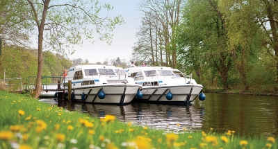 Deux bateaux Le Boat amarrés en pleine nature