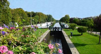 Fleurs sur le canal à travers Messac
