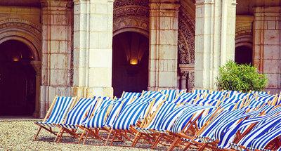 Chaises longues à l'Abbaye Saint-Germain