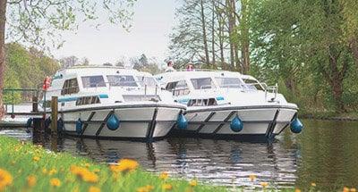 Deux bateaux Le Boat amarrés