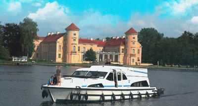 Schloss Rheinsberg und ein Le Boat Boot