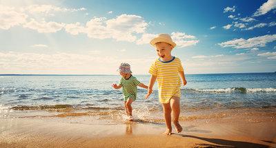 Enfants jouant à la plage