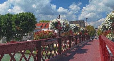 Schmiedeeisene, rote Brücke im Burgund