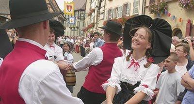 Une femme et un homme dansant en habits traditionnels