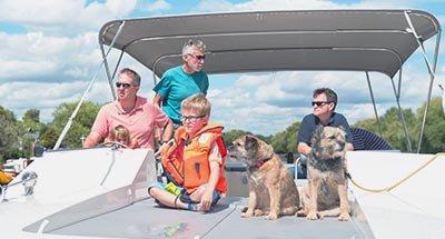 Familie an Bord des Hausbootes Horizon auf der Themse