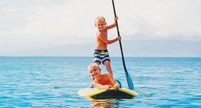 Zwei Jungs beim Paddleboarding