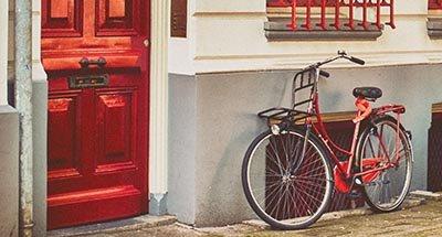 Rotes Fahrrad und rote Tür
