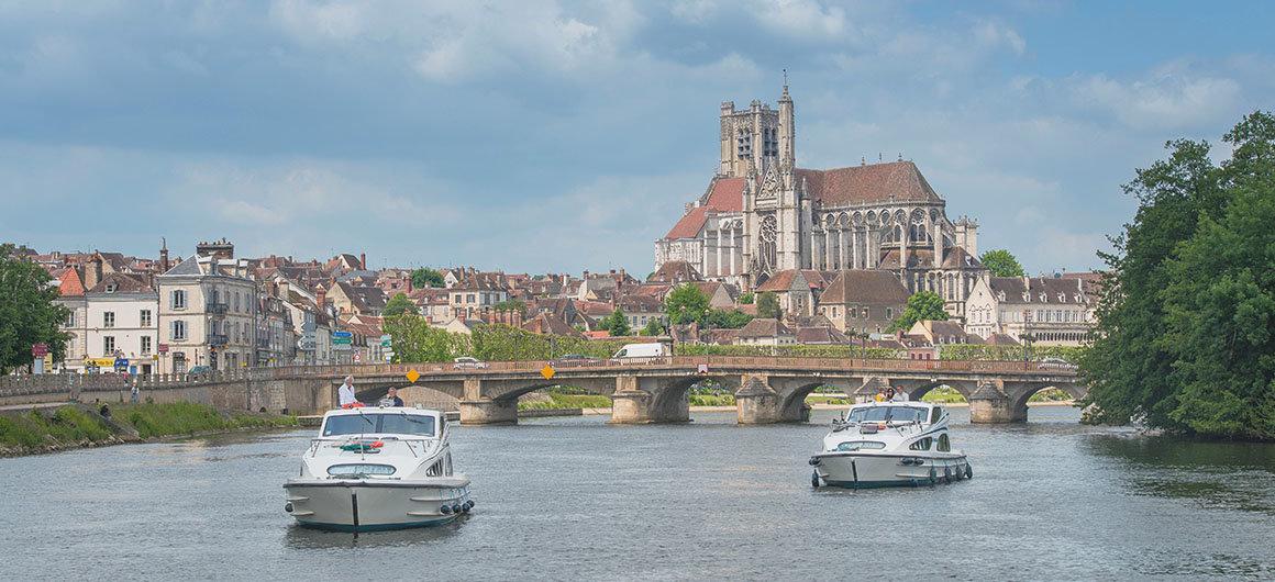 Mit der Caprice durch Auxerre Burgund Frankreich