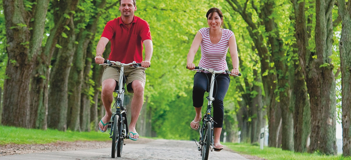 Pärchen fährt Fahrrad im Spreewald, Deutschland