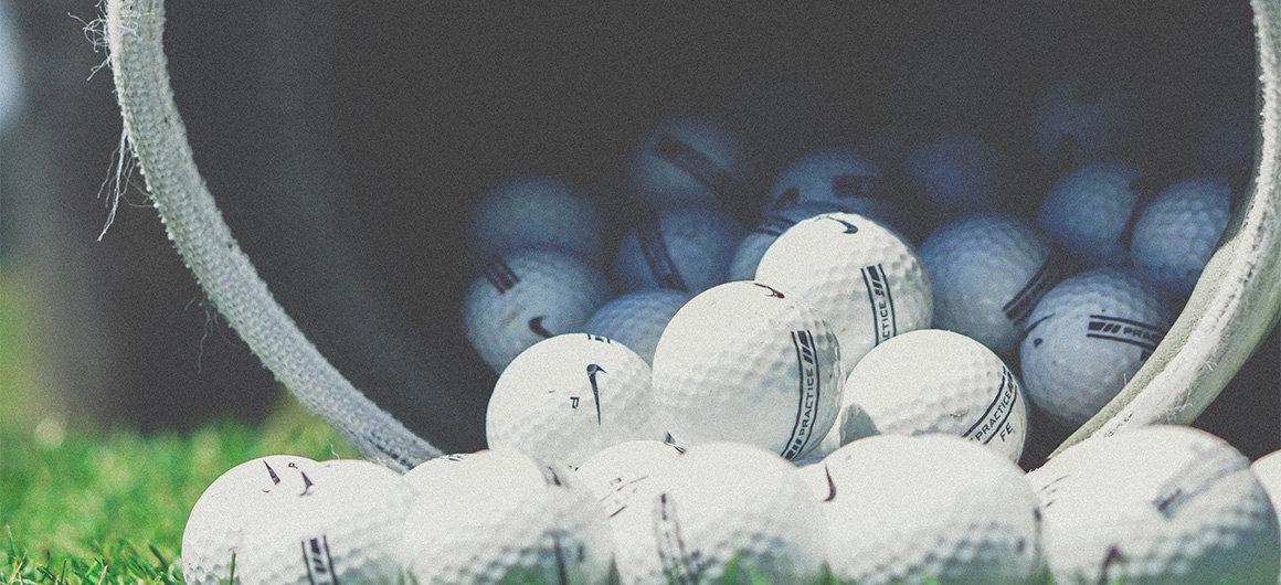Mann beim Golf spielen