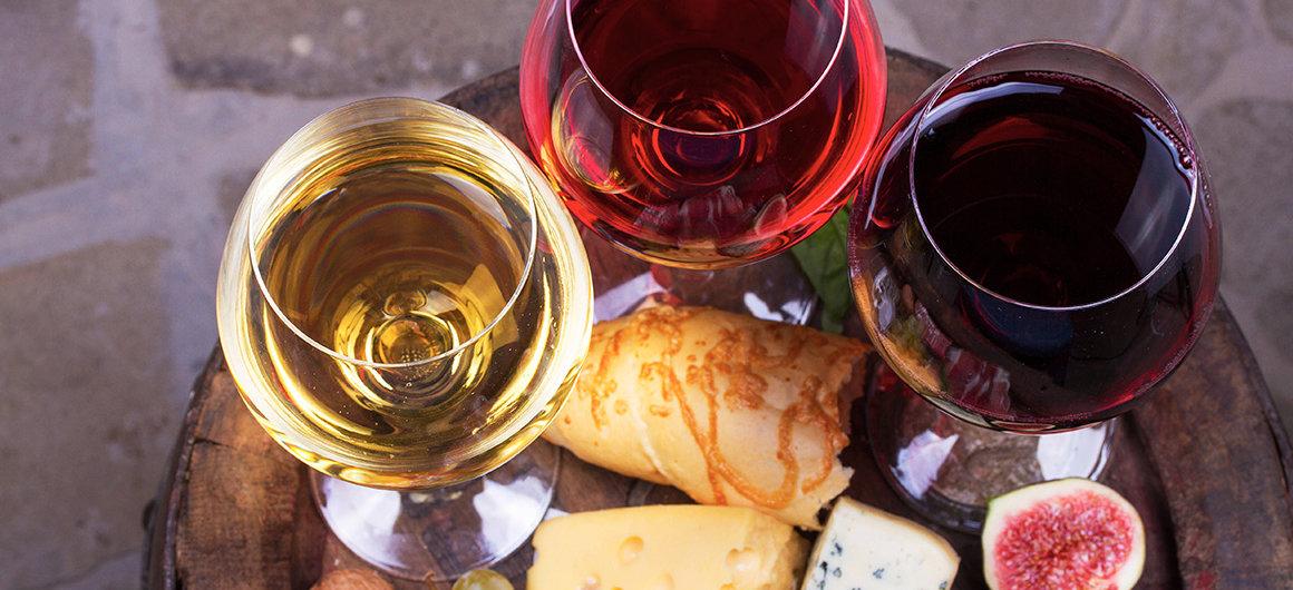 Vin rouge, rosé et blanc avec un plat