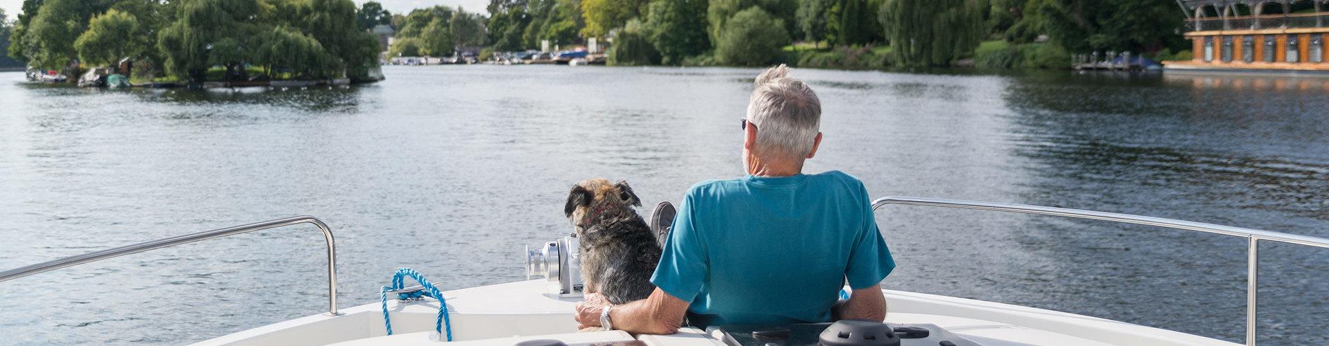 Hausboot mit Hund